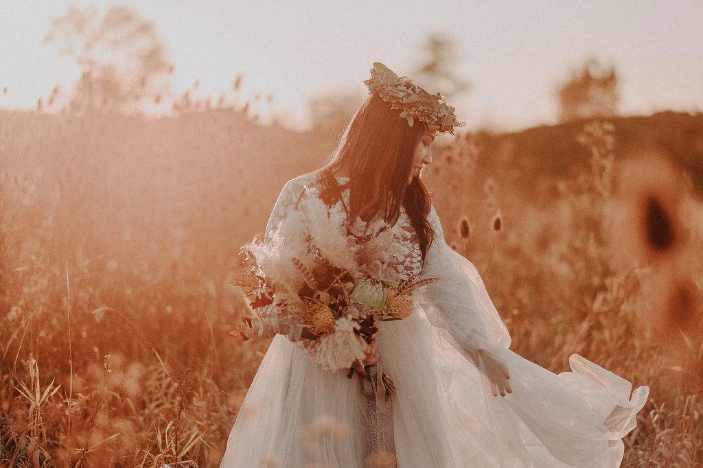Hochzeitsinspiration Indian Summer Wedding Boho Kleid mit Haarschmuck