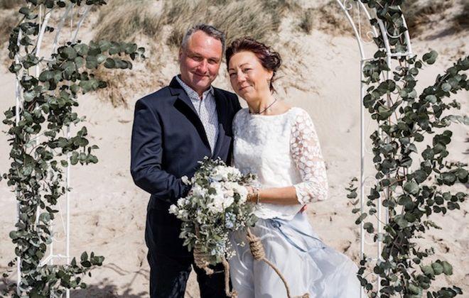 Hochzeitskleid-Kombi aus wadenlangem Tüllrock in Hellblau und Spitzentop
