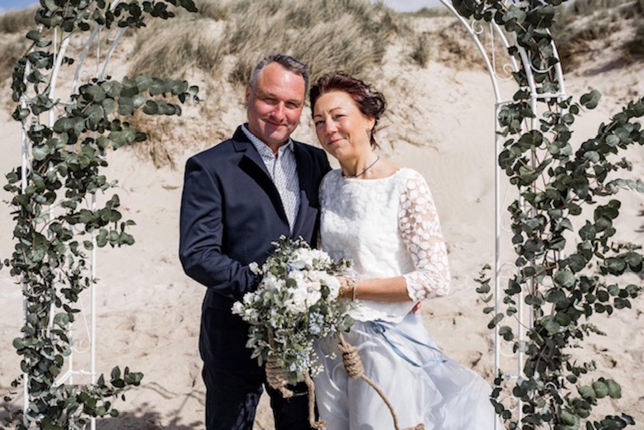 Hochzeitskleid-Kombi aus wadenlangem Tüllrock in Hellblau und Spitzentop (Foto: Sebastian Diedenhofen)
