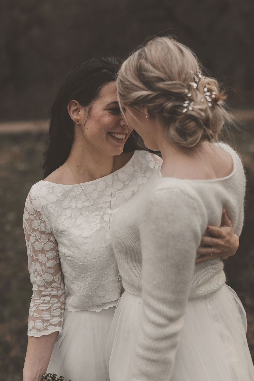 Lesbisches Brautpaar im Hochzeitslook