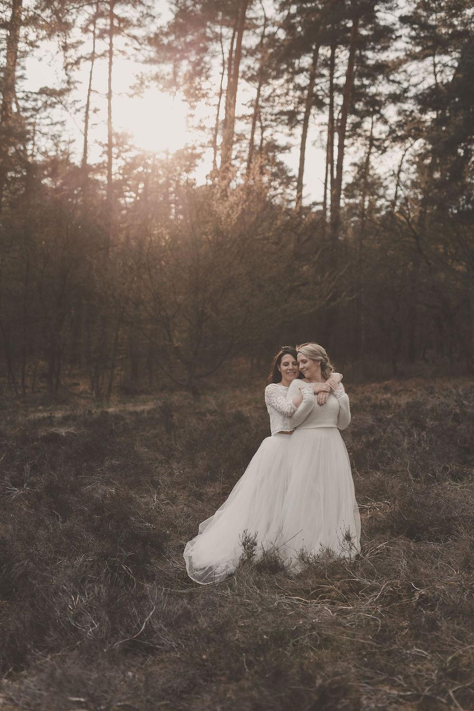 Lesbisches Brautpaar im Hochzeitslook (Foto: Jennifer Nilsson)