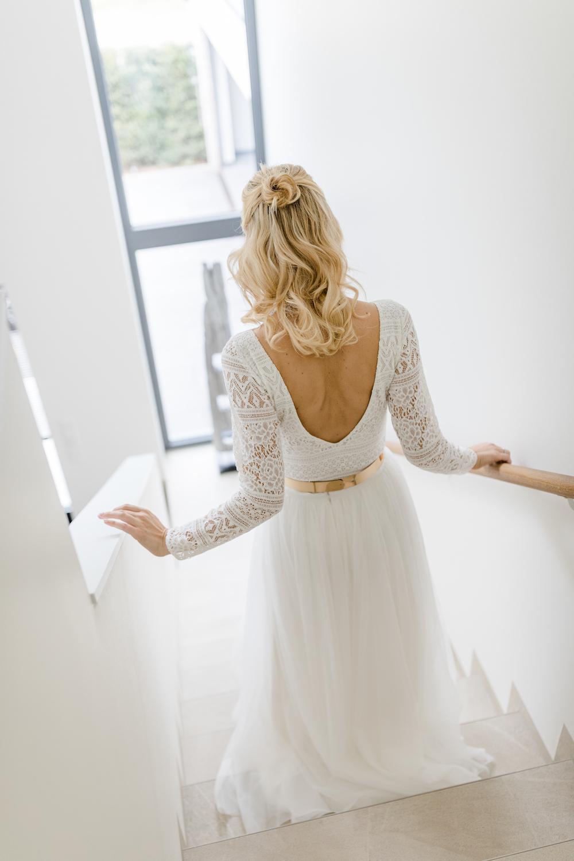 Langärmeliger Brautbody mit Rückenausschnitt und Rock aus Tüll in Ivory (Foto: Greta Fassbender)
