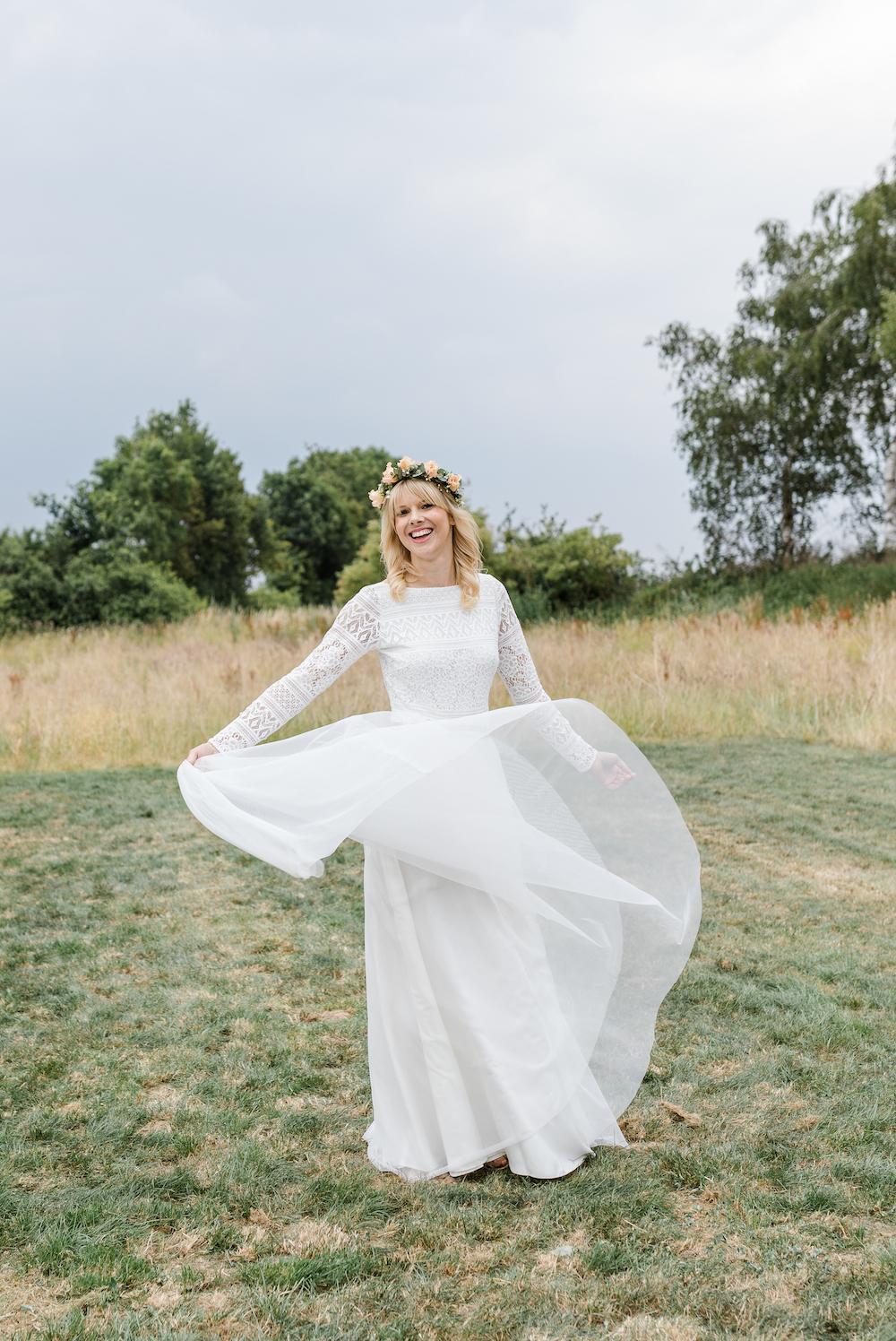Langärmeliger Brautbody mit Rückenausschnitt und Rock aus Tüll in Ivory