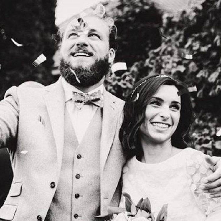Midi-Brautkleid in Ivory mit Tüllrock, floralem Spitzentop und Brautstola