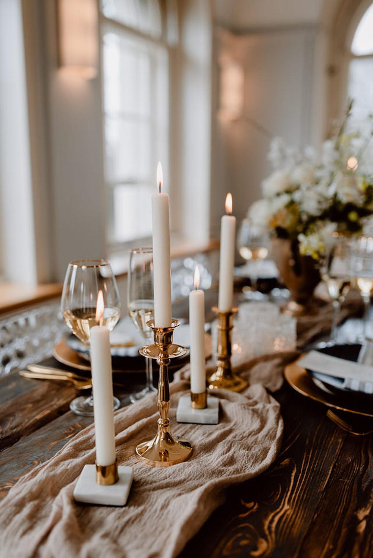 Moderne Tischdeko für die Hochzeit mit Gold und Kristall