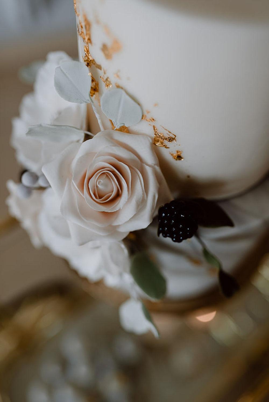 Moderne Hochzeitstorte mit Blütendeko und Blattgold (Foto: Nicole Otto)