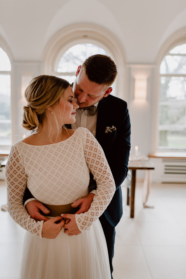 Modernes Brautkleid mit rückenfreiem Body aus Spitze (Foto: Nicole Otto)