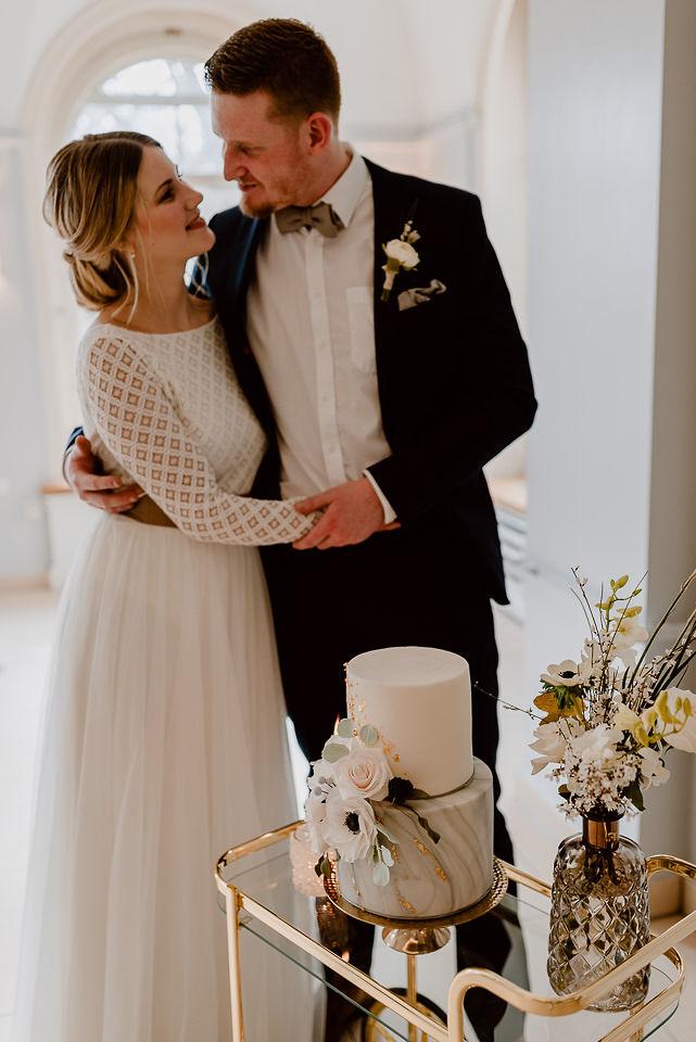 Modernes Brautkleid mit rückenfreiem Body aus Spitze