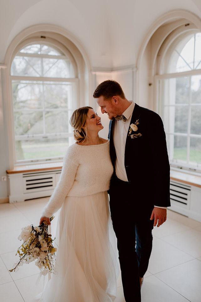 Modernes Brautkleid mit rückenfreiem Pullover aus Strick in Ivory