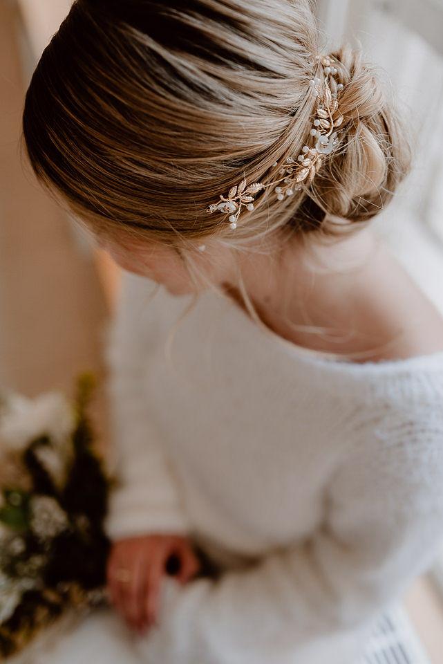 Modernes Brautkleid mit rückenfreiem Pullover aus Strick in Ivory (Foto: Nicole Otto)