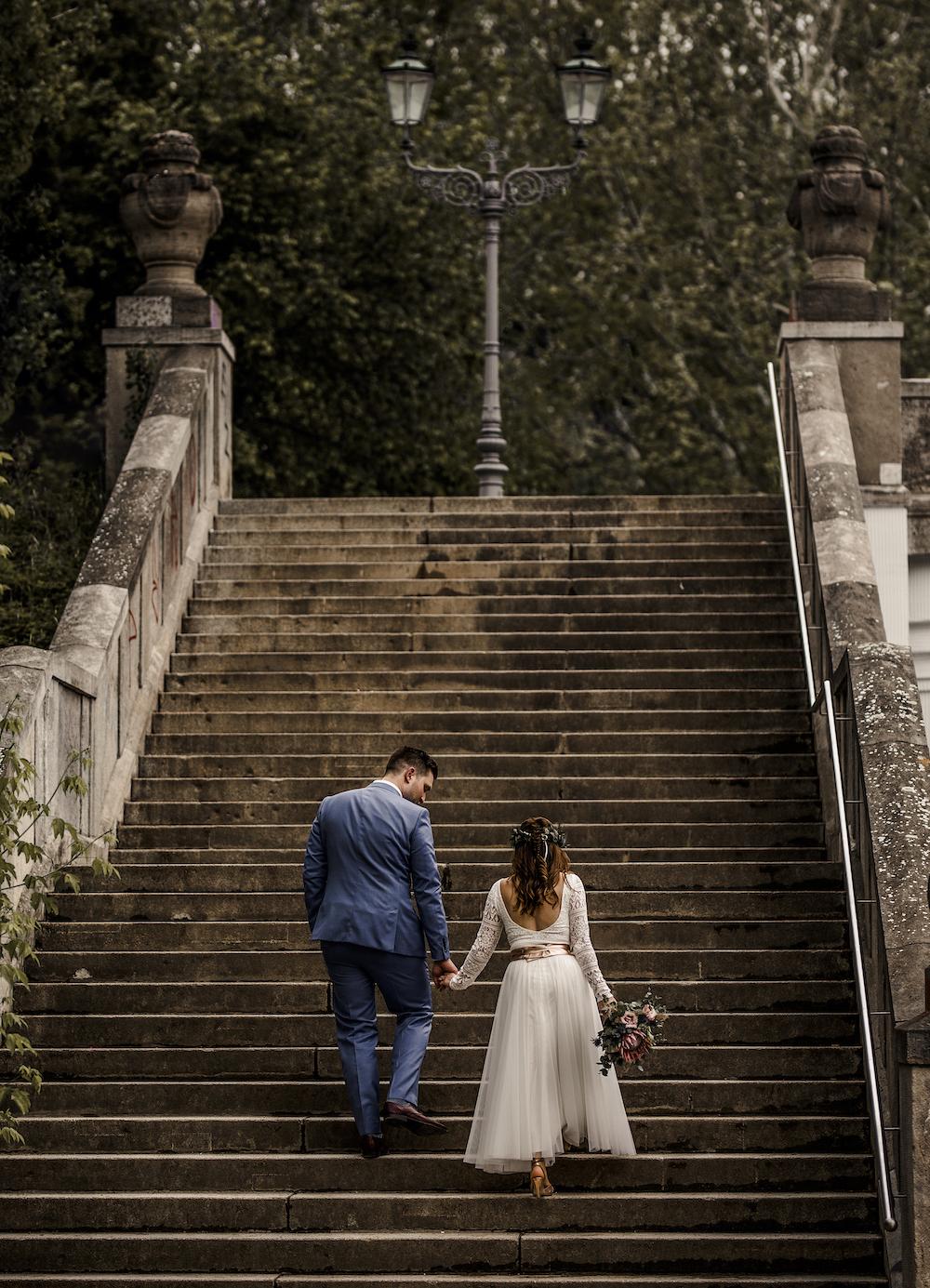 Zweiteiler zur Hochzeit mit Spitzen-Body und Midi-Rock in Ivory