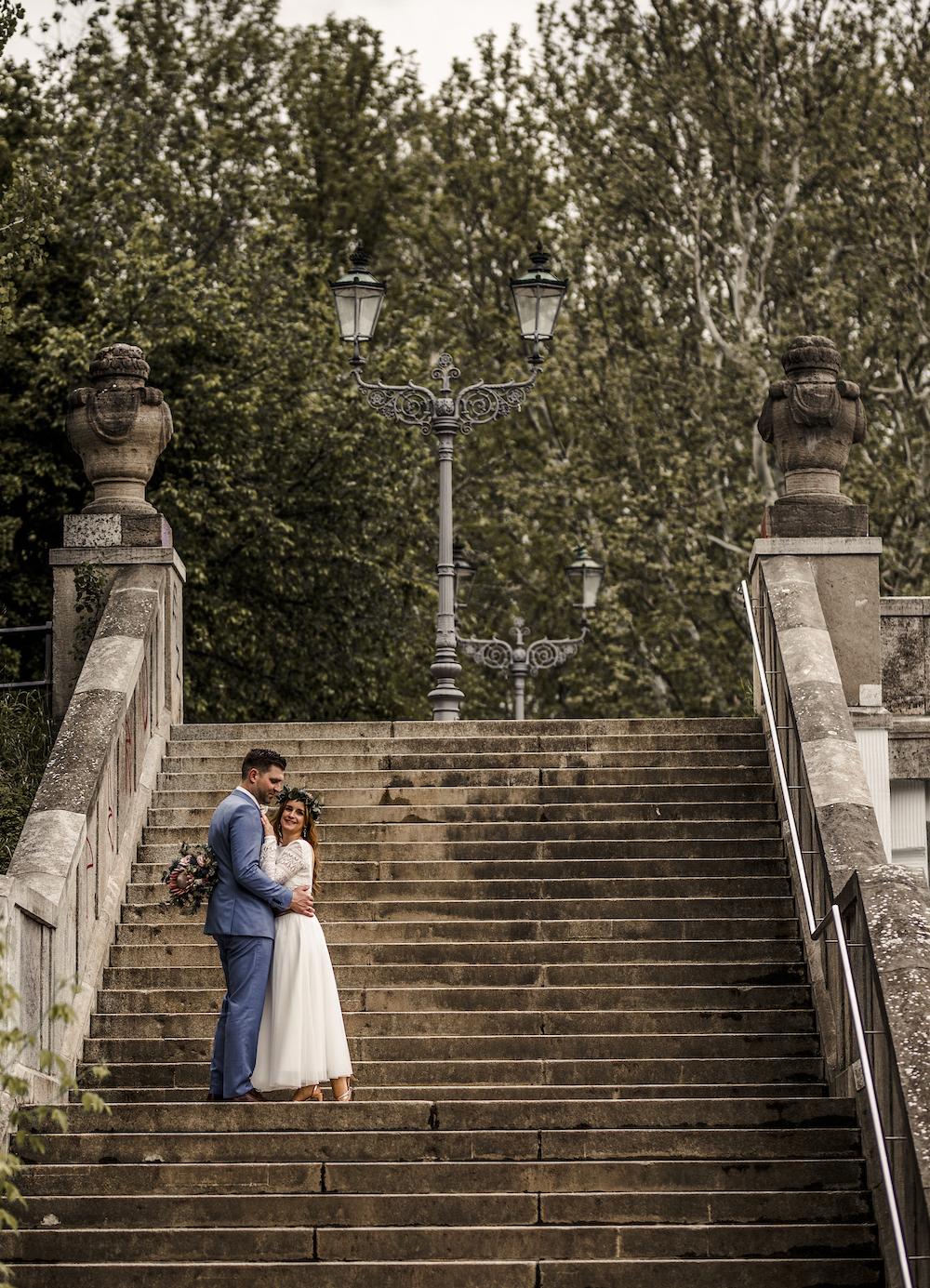 Zweiteiler zur Hochzeit mit Spitzen-Body und Midi-Rock in Ivory (Foto: Claudia Gerhard)