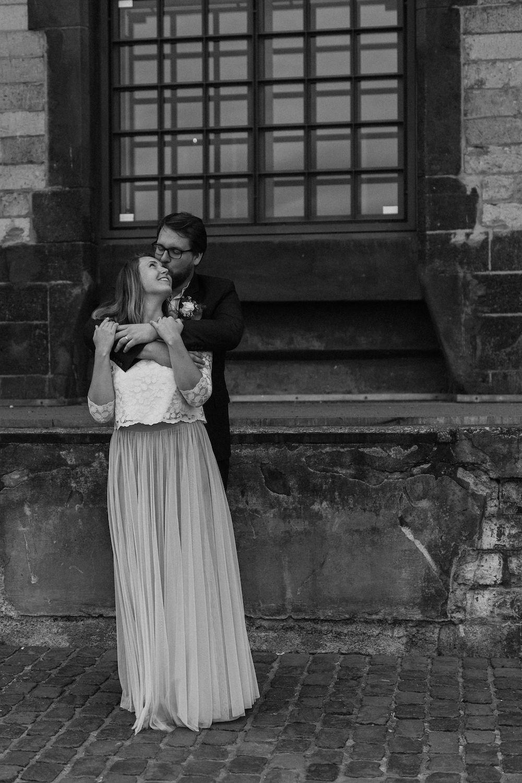 Zweiteiliges Brautkleid mit grauem Tüllrock und Spitzentop (Foto: Jennifer Nilsson)
