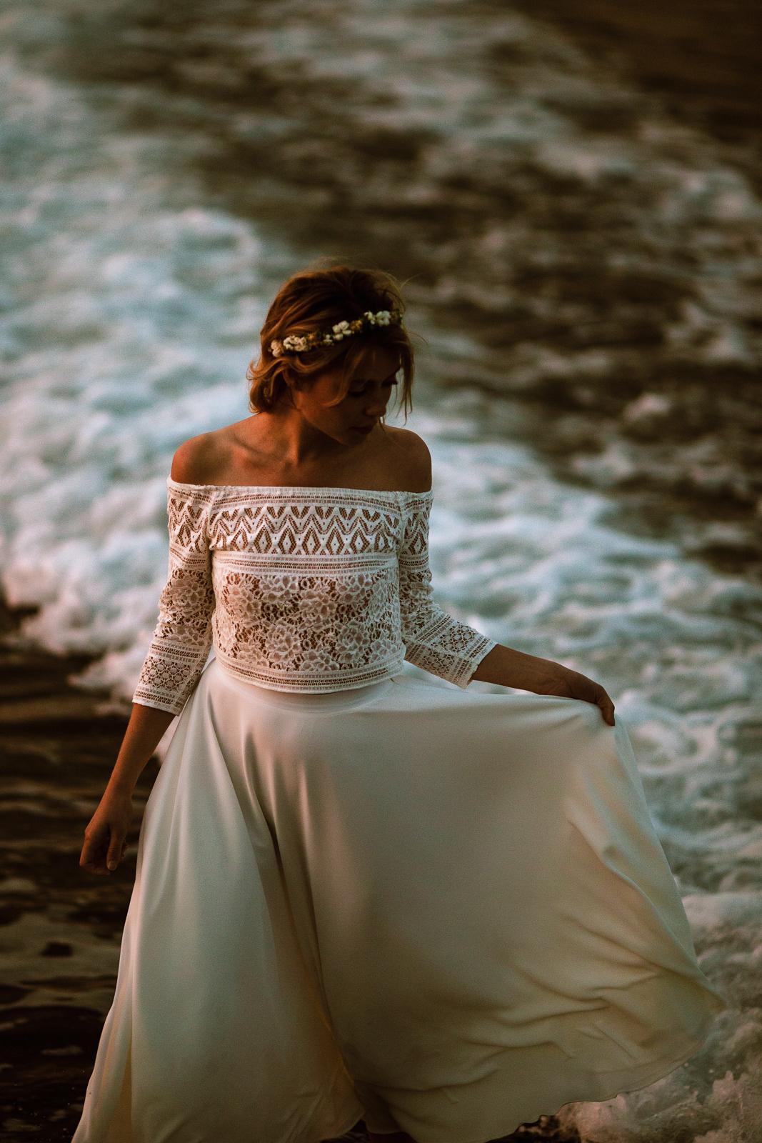 noni Brautkleider 2020   noni Hochzeitskleid, Zweiteiler-Brautkleid mit Carmen-Top aus Boho Spitze (Foto: Le Hai Linh)