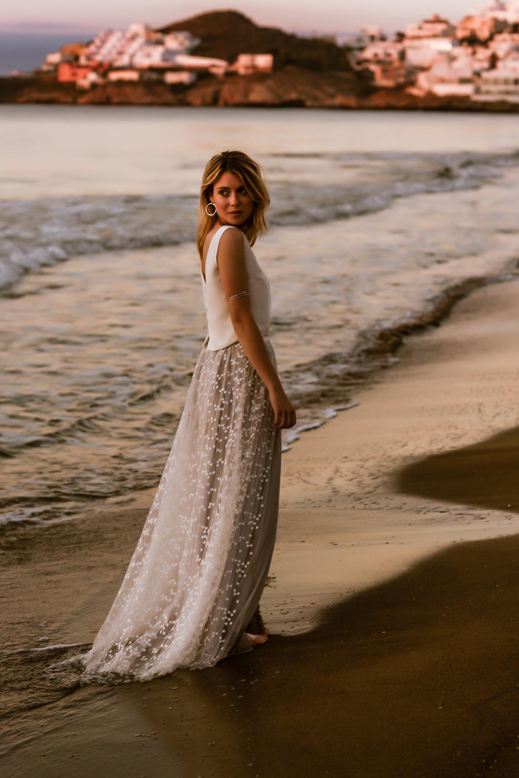 noni Brautkleider 2020 | noni Brautkleid mit Seiden-Top, grauem Tüllrock und Überrock mit Sternen (Foto: Le Hai Linh)