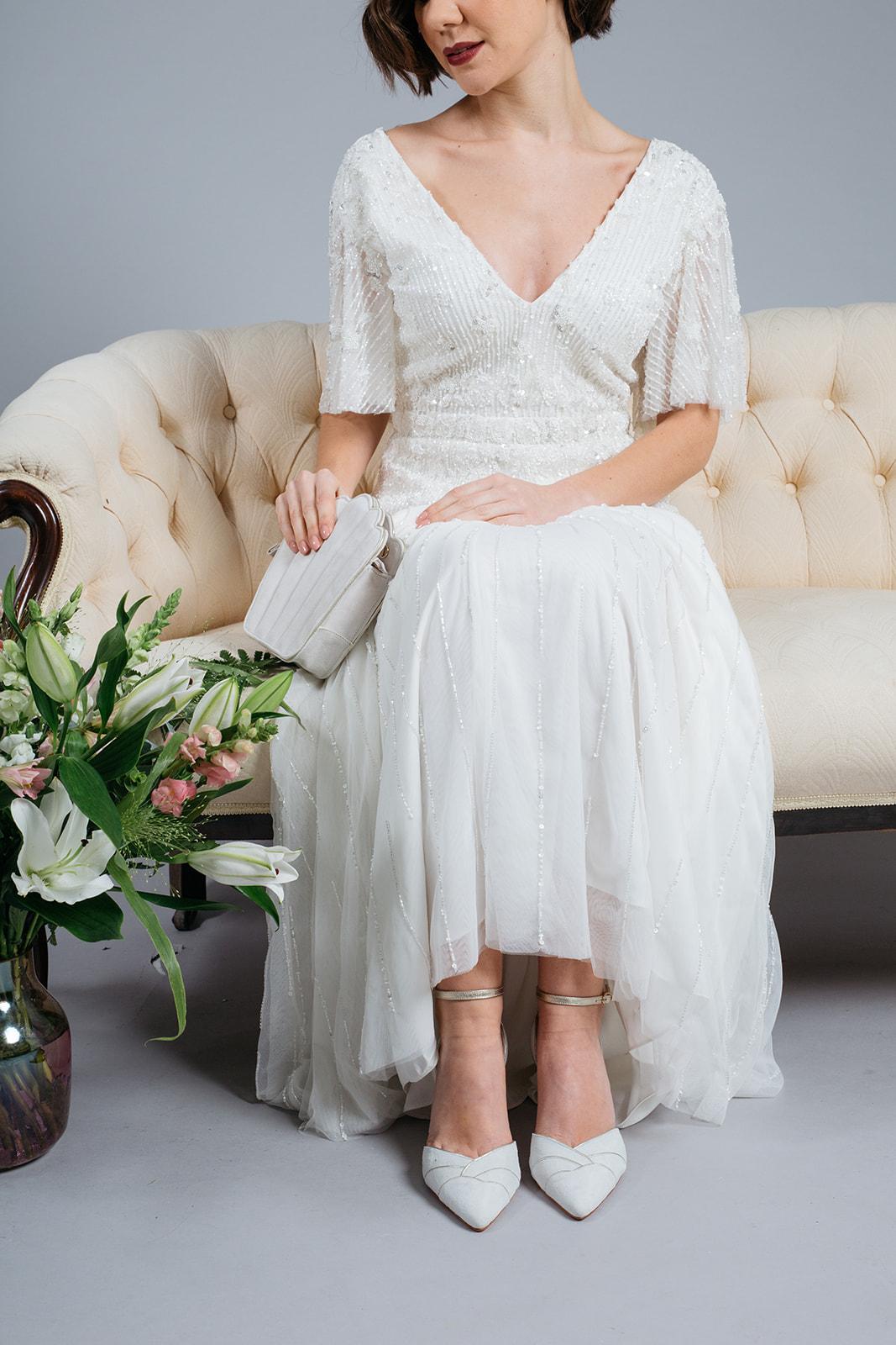 noni Brautschuhe von Rachel Simpson, Clementine, spitze Pumps in Ivory und Gold, getragen von Model mit Brautkleid, Kollektion 2020