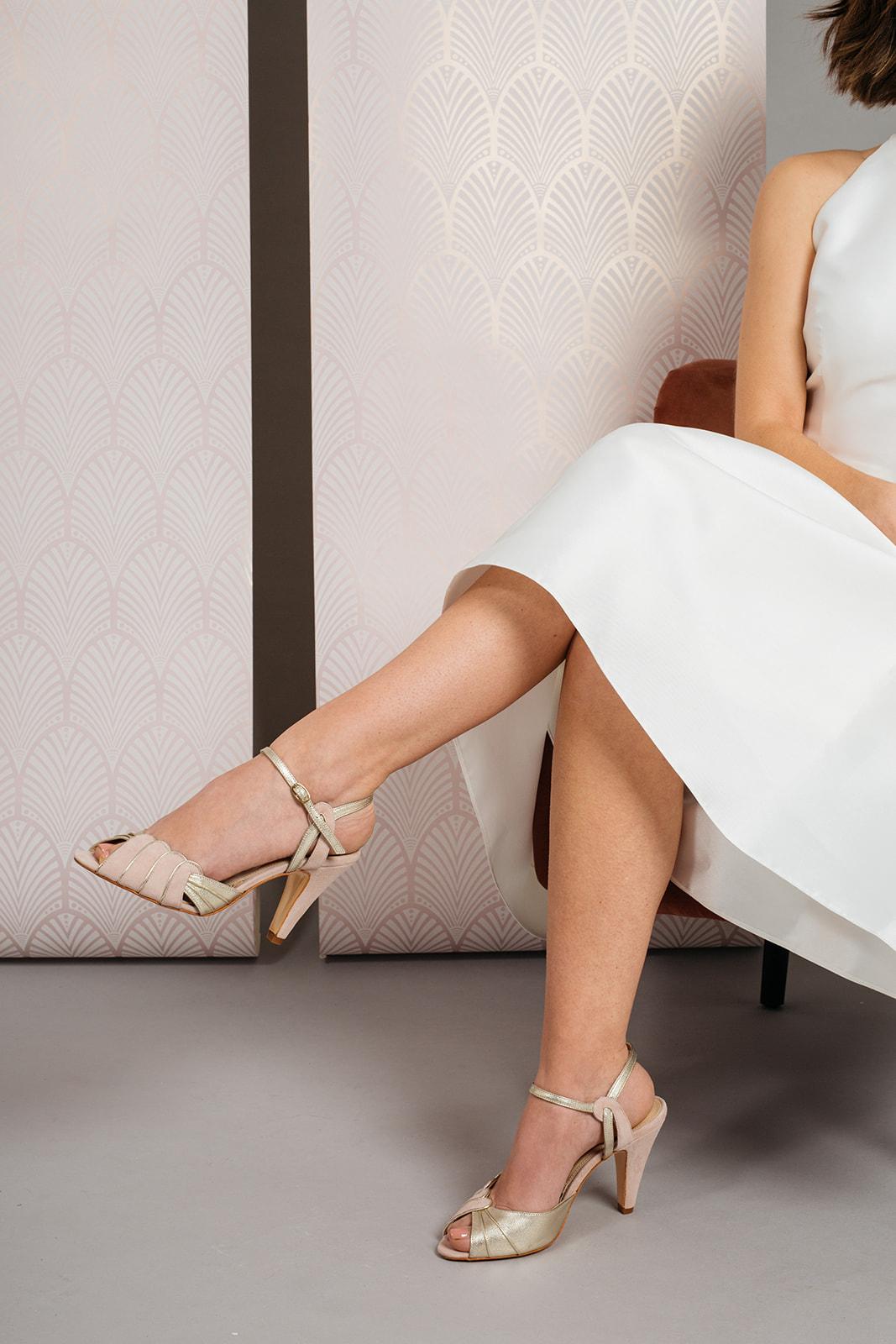 noni Brautschuhe von Rachel Simpson, Aurelia, hohe Peeptoes in Rosé und Gold, getragen von Model mit Brautkleid, Kollektion 2020