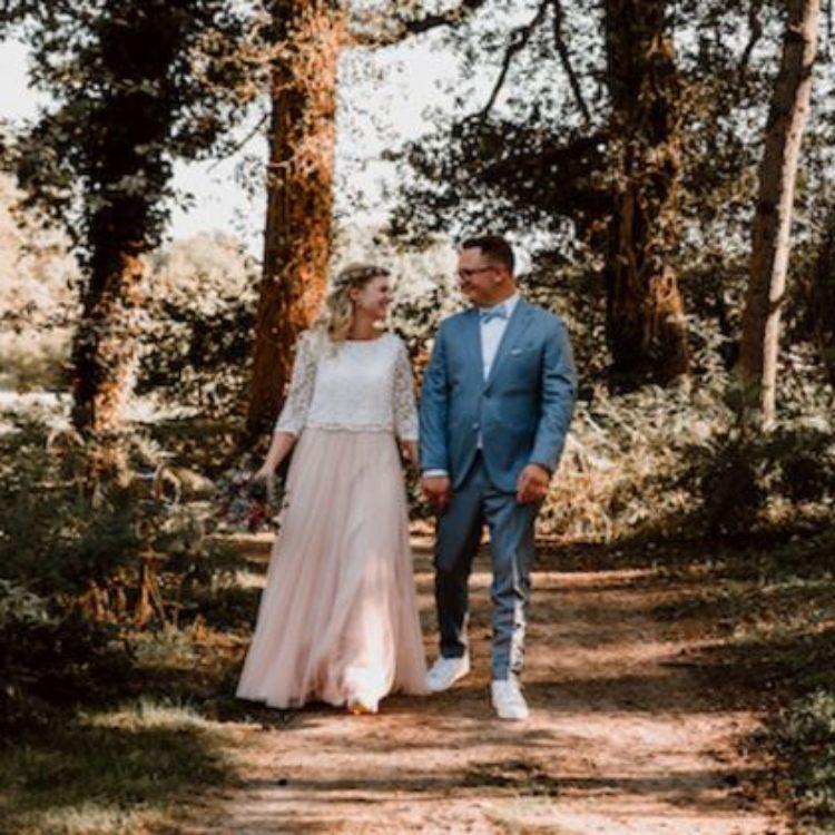 Bodenlanges Hochzeitskleid mit schwingendem Softtüllrock und halbtransparentem Spitzentop