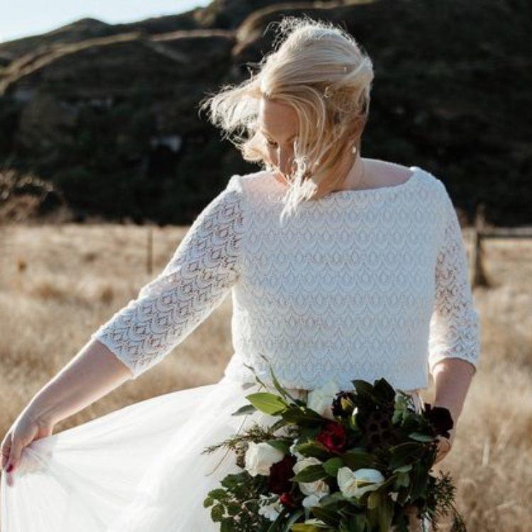 Elopement in Neuseeland mit langem Brautkleid aus Hippie Spitze und Tüllrock