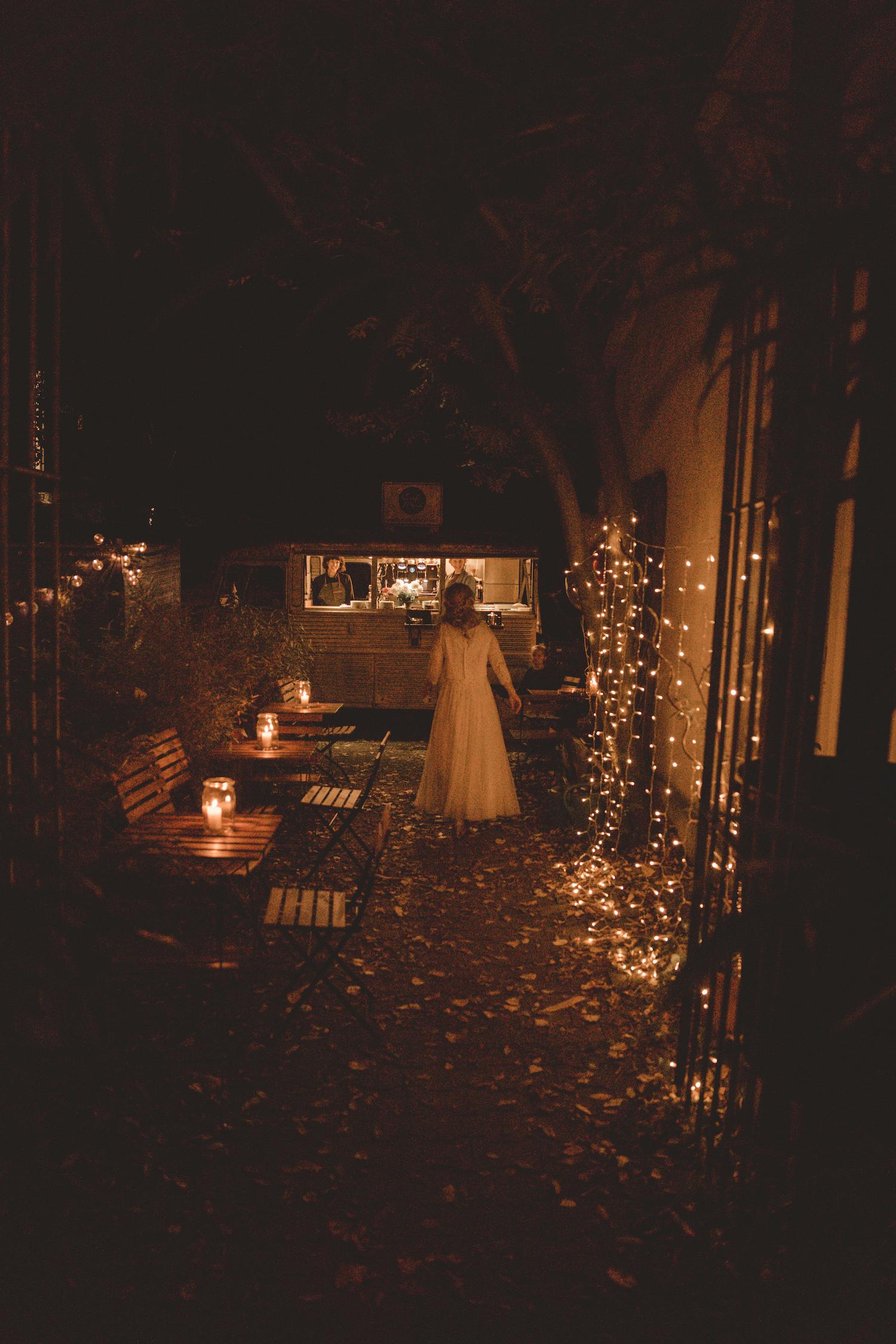 noni Brautmode Herbsthochzeit auf Burg Eltz von Influencerin beautelicieuse, Hochzeitslocation, Detailansicht