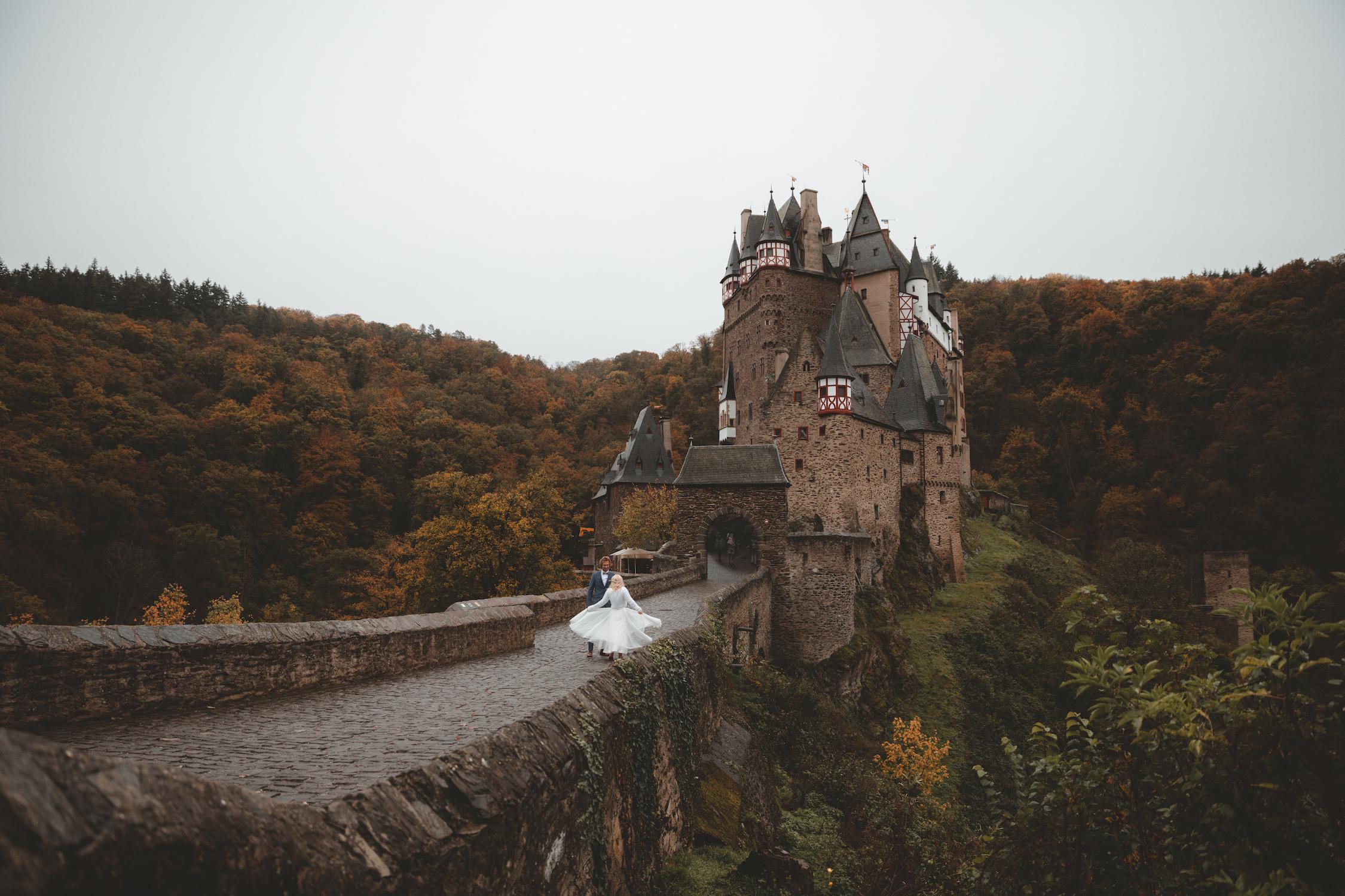 noni Brautmode Herbsthochzeit auf Burg Eltz von Influencerin beautelicieuse, Brautkleid mit Pullover, Spitzentop und Tüllrock