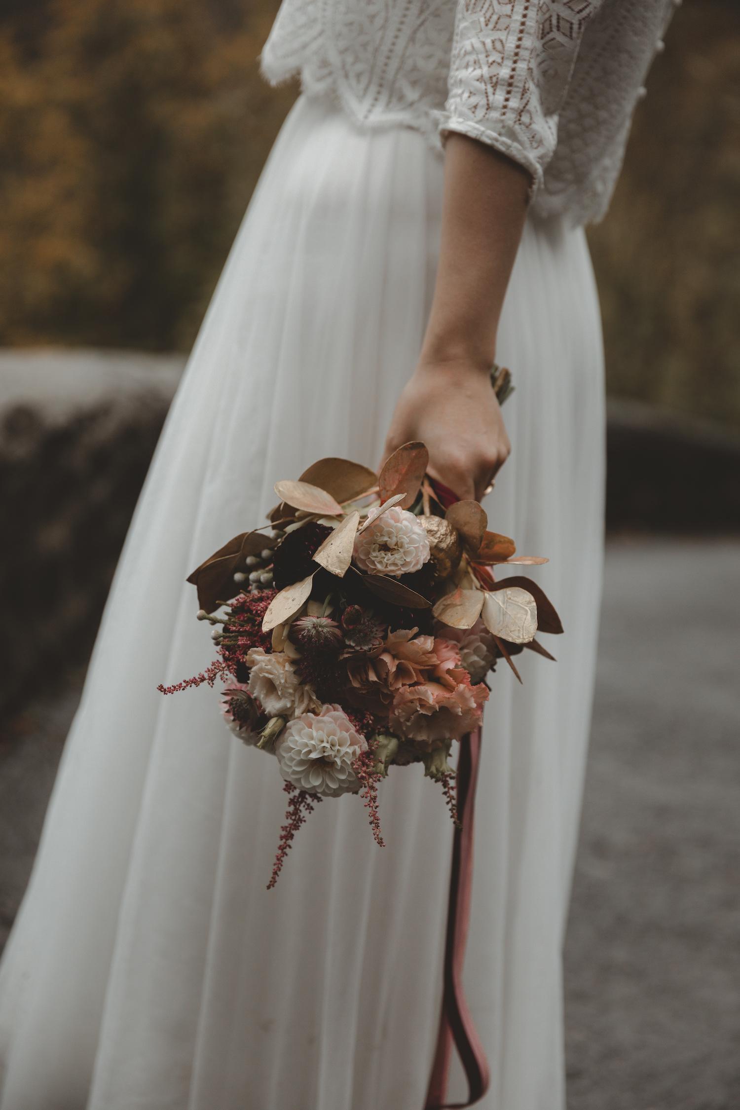 noni Brautmode Herbsthochzeit auf Burg Eltz von Influencerin beautelicieuse, Brautkleid mit Spitzentop und Tüllrock, Brautstrauss