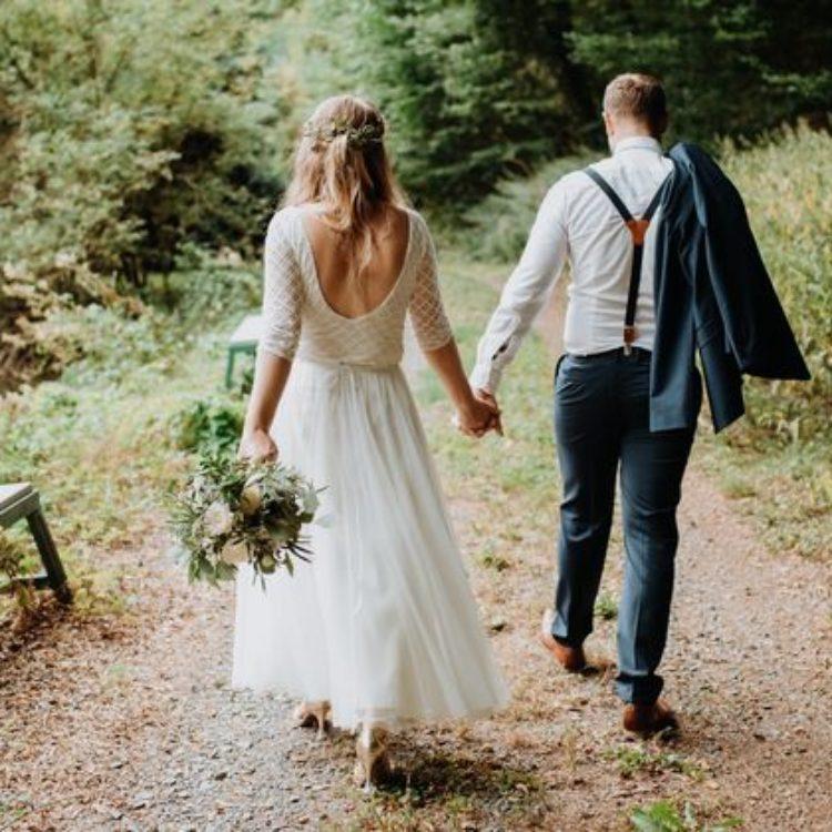 Rückenfreier Brautbody aus geometrischer Spitze mit Midi-Tüllrock