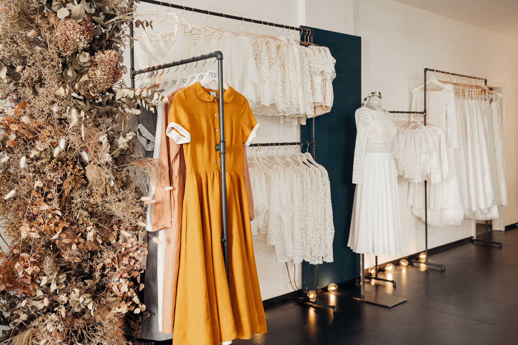 noni Brautmode, Showroom in Köln mit farbigen Kleidern