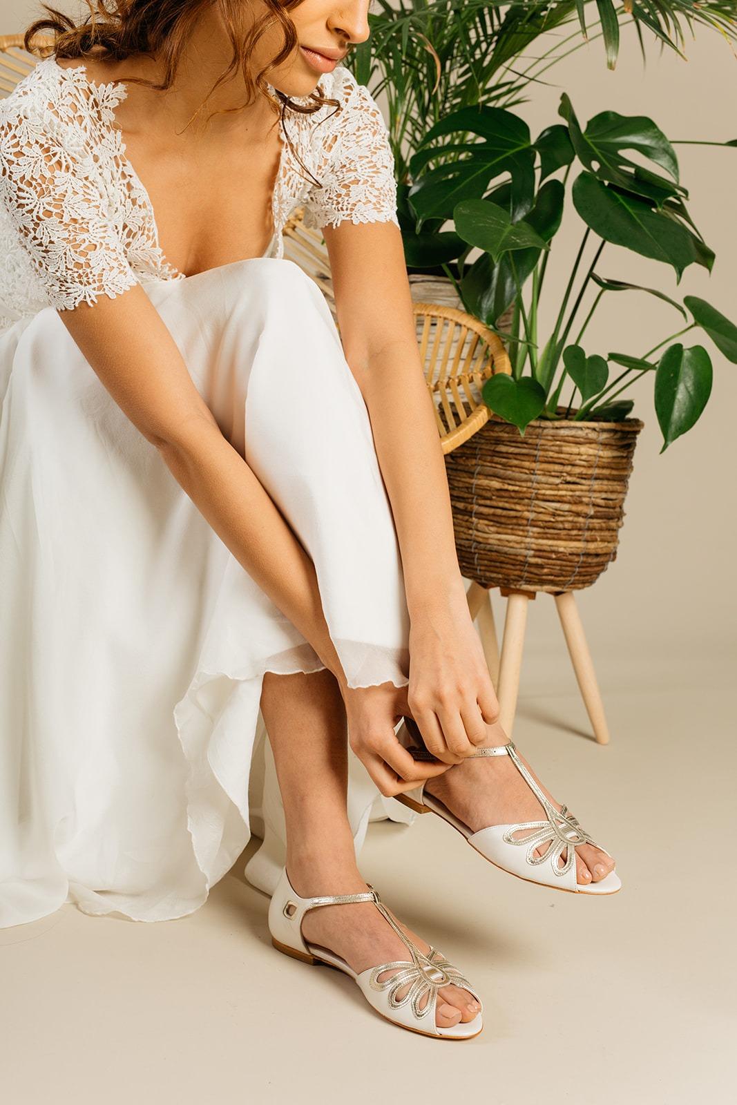 Flacher Brautpeeptoe in Ivory und Gold an Modell, Eden von Rachel Simpson
