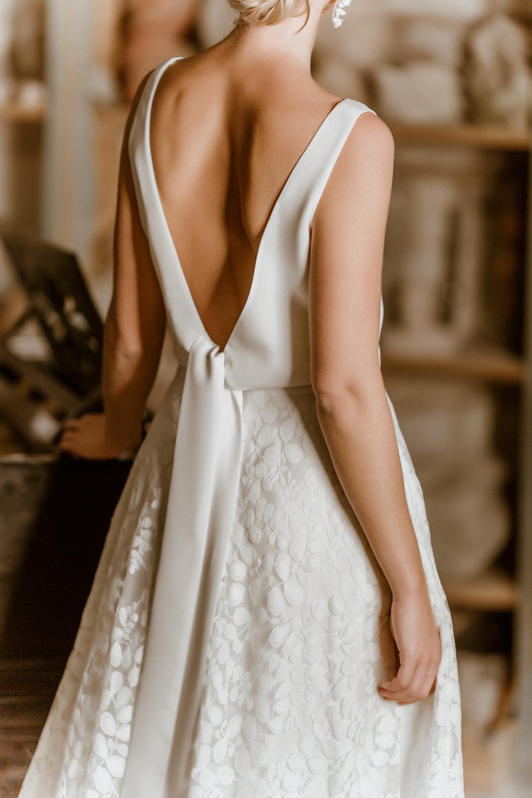Wadenlanges Brautkleid mit schlichtem, ärmellosem Top und Rock aus Tüllspitze im Botanical Style, Rückenansicht