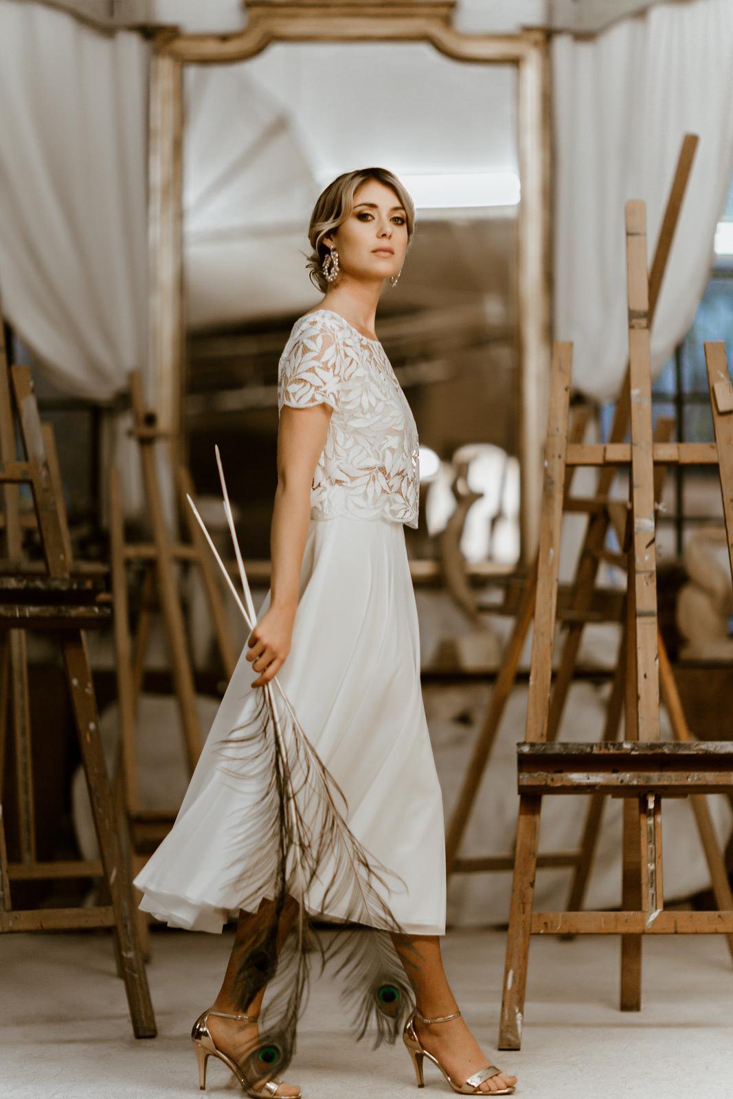 noni Jubiläumskollektion | Zweiteiliges Brautkleid mit Botanik-Top und wadenlangem Chiffonrock, Seitenansicht (Foto: Le Hai Linh)
