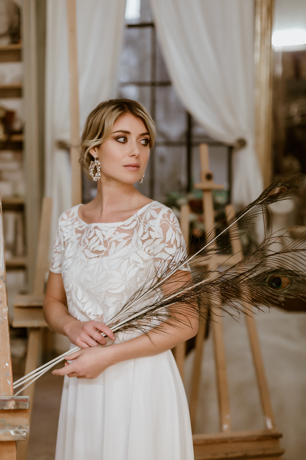 noni Jubiläumskollektion | Zweiteiliges Midi-Brautkleid mit Brauttop aus Botanikspitze und Chiffonrock, Vorderansicht (Foto: Le Hai Linh)