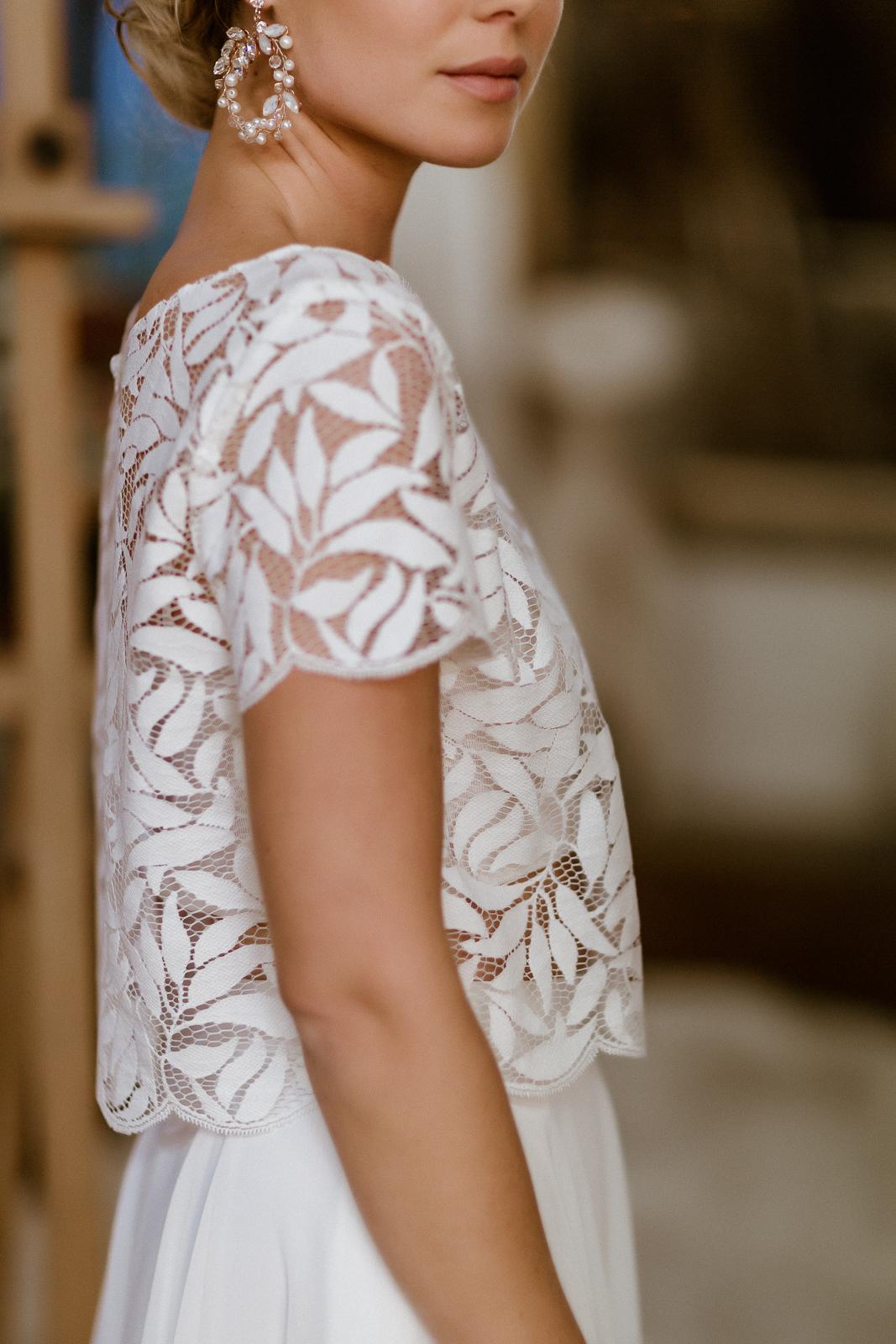 noni Jubiläumskollektion | Zweiteiliges Midi-Brautkleid mit Botanik-Top in Ivory, Seitenansicht (Foto: Le Hai Linh)