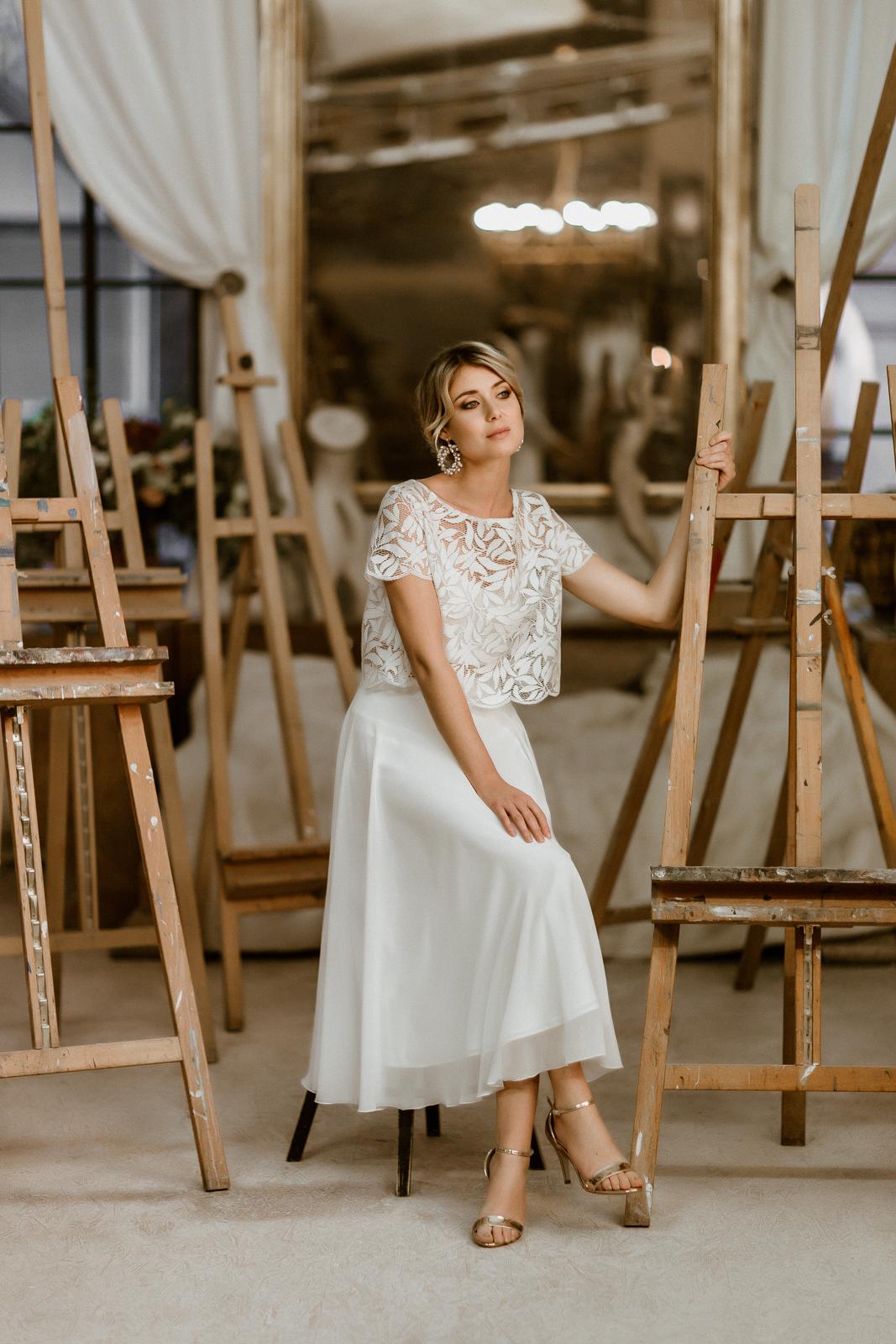 Zweiteiliges Midi-Brautkleid mit Botanik-Top und Chiffonrock, Vorderansicht, Modell sitzend