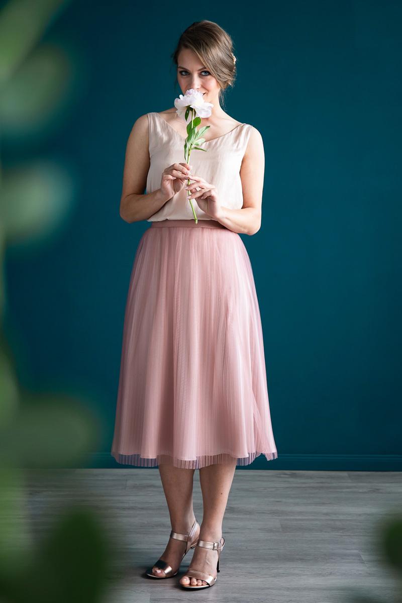 noni Brautmode, zweiteiliges Outfit mit rosa Top und rosa-farbenem Plisseerock
