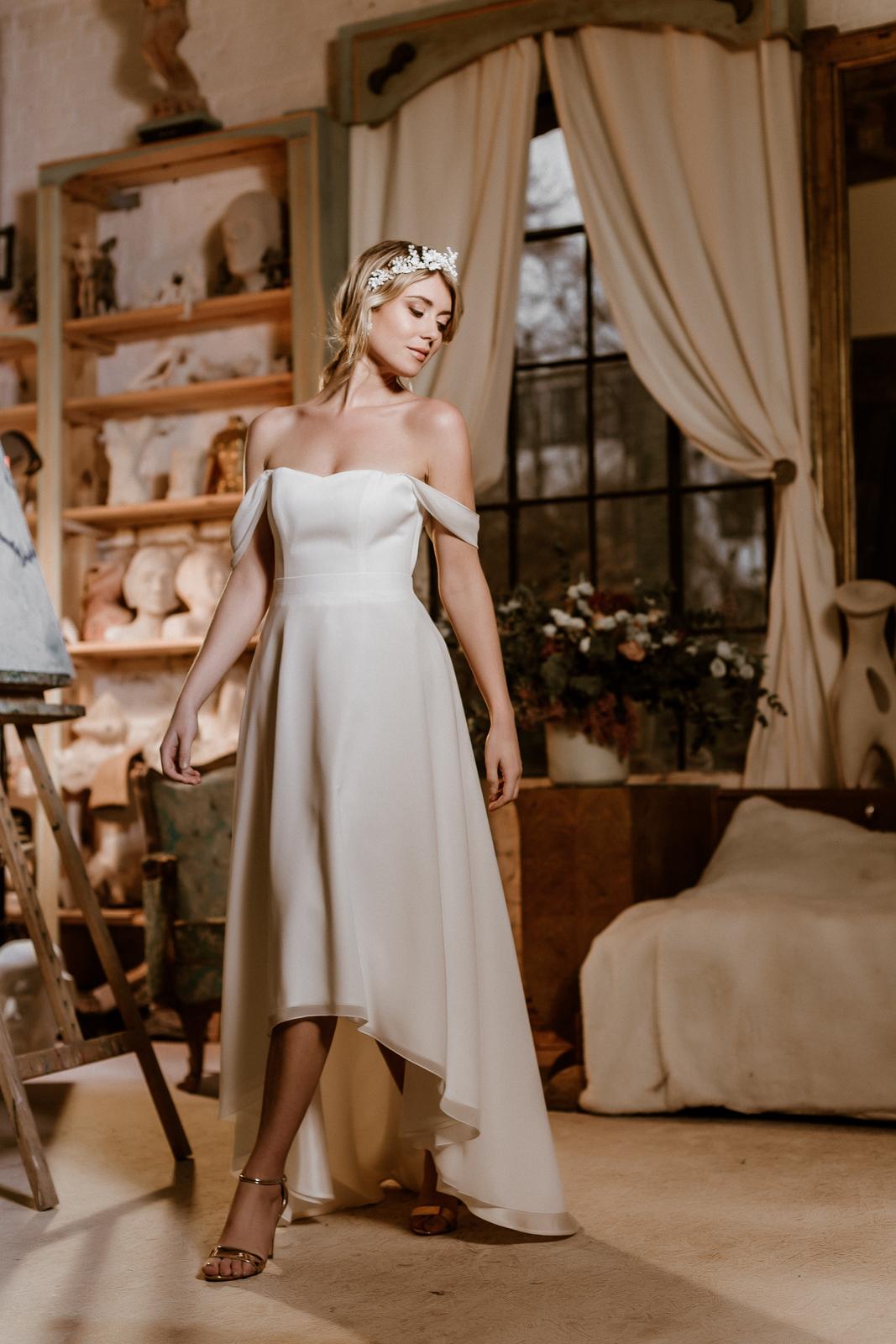 Schulterloses Vokuhila-Brautkleid mit Corsage und Brautrock im Layering Look, Frontalansicht, Ganzkörperbild