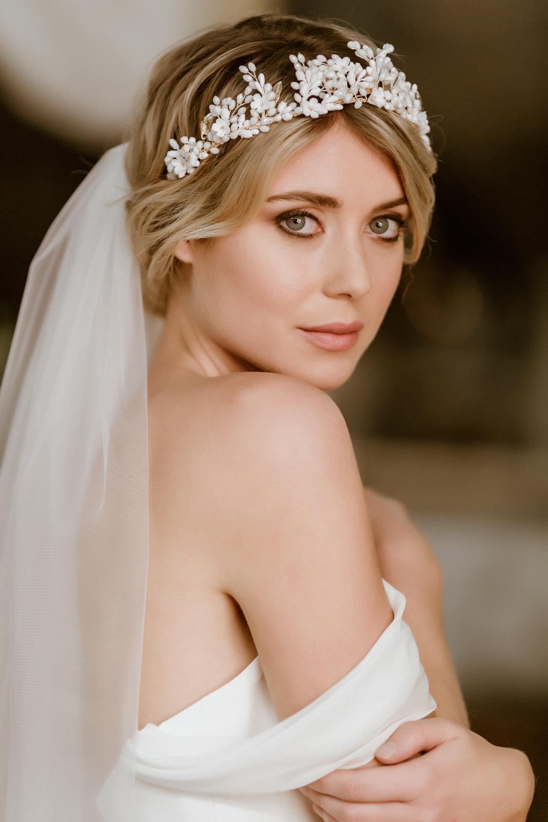 Schulterfreies Vokuhila-Brautkleid mit Corsage und Brautrock, Halb-Profil