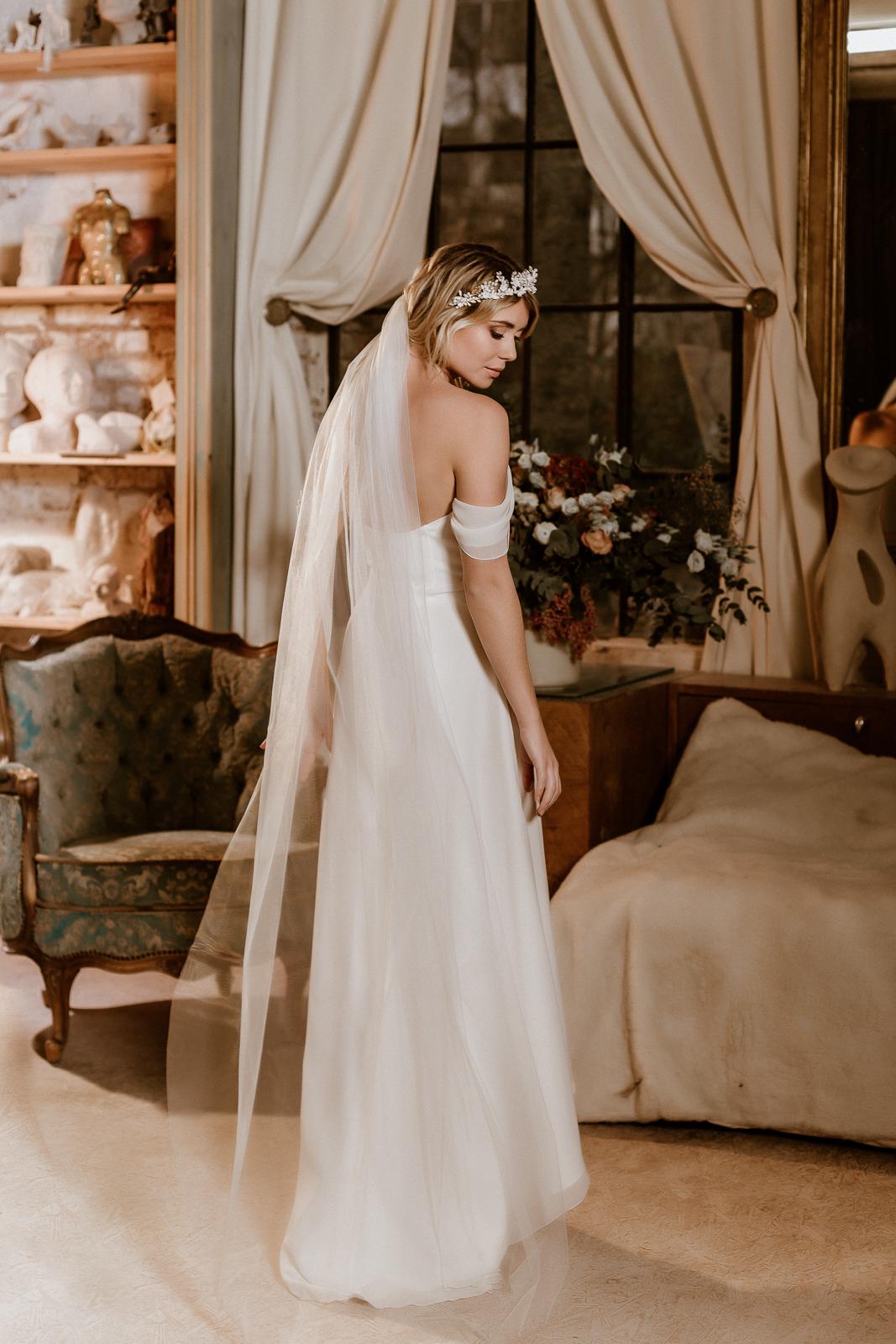 Schulterfreies Vokuhila-Brautkleid mit Corsage und Brautrock, Seitenansicht, Ganzkörperbild