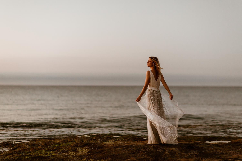 noni-Brautkleider 2020 schlichtes, ärmelloses Top mit Überrock aus Sternentüll (Foto: Le Hai Linh)