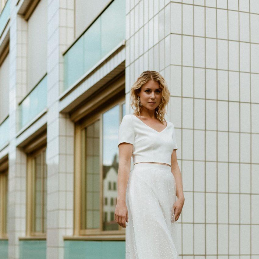 Avery – Puristisches Brauttop mit Rückenausschnitt zum gepunkteten Tealength Rock
