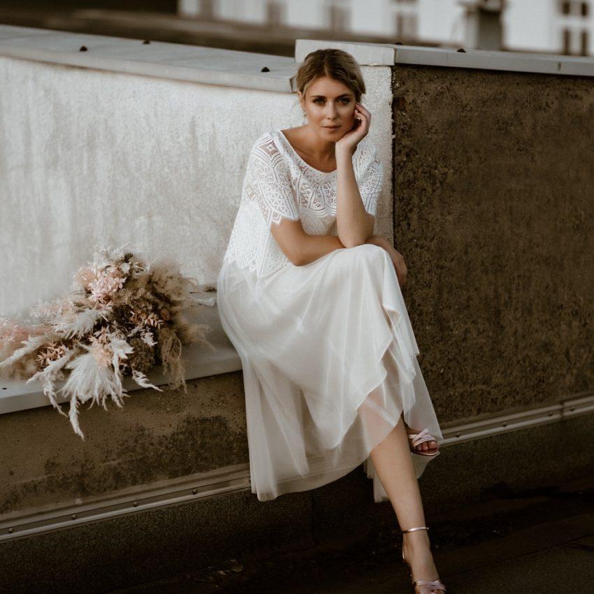 Calista – Midi-Brautkleid mit Spaghettiträgern und Spitzenjäckchen