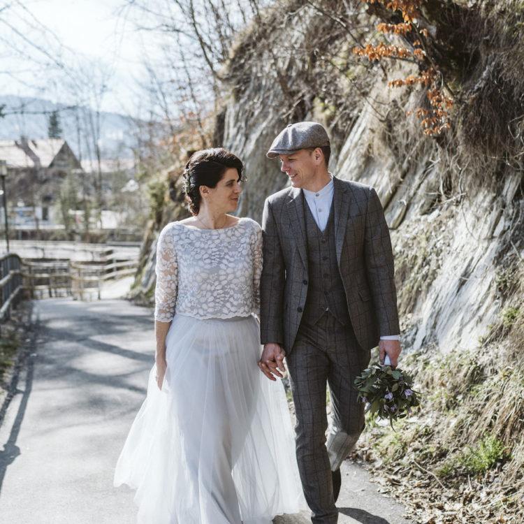 Hochzeit in den Bergen mit modernem Brautkleid