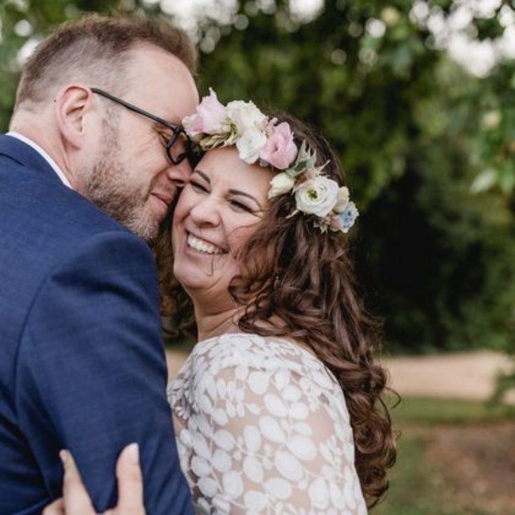 Kurzes romantisches Brautkleid mit grauem Tüllrock