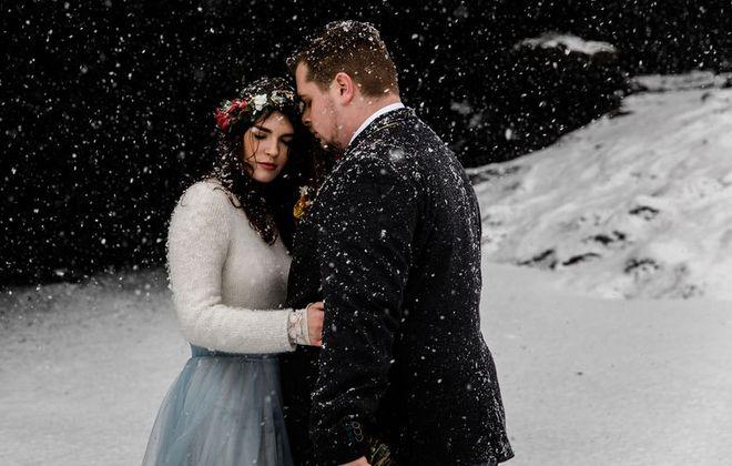 Modernes Brautkleid für die Hochzeit im Winter