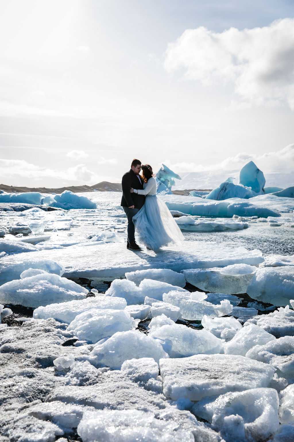 Modernes Brautkleid für die Hochzeit im Winter  (Foto: Jeanette Kilian Photography)