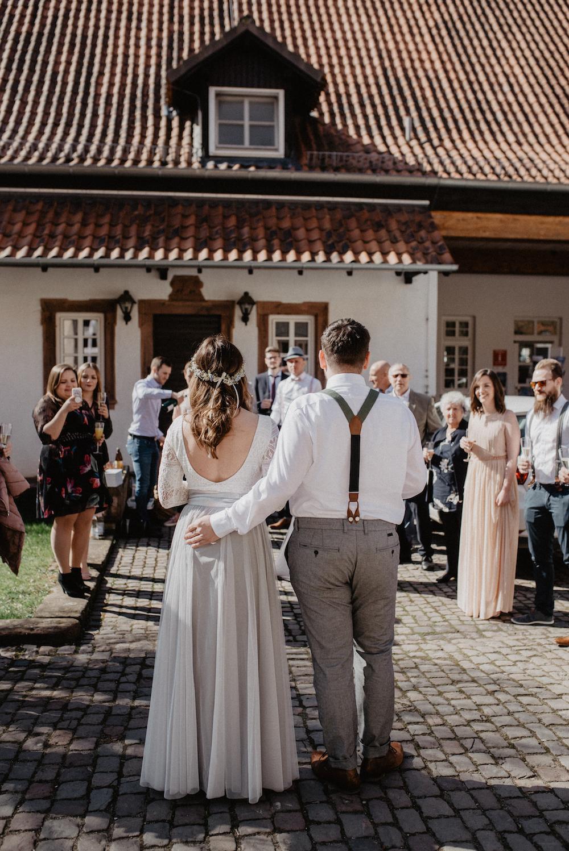 Standesamtkleid mit Spitze und Tüllrock (Foto: Jennifer Nilsson)
