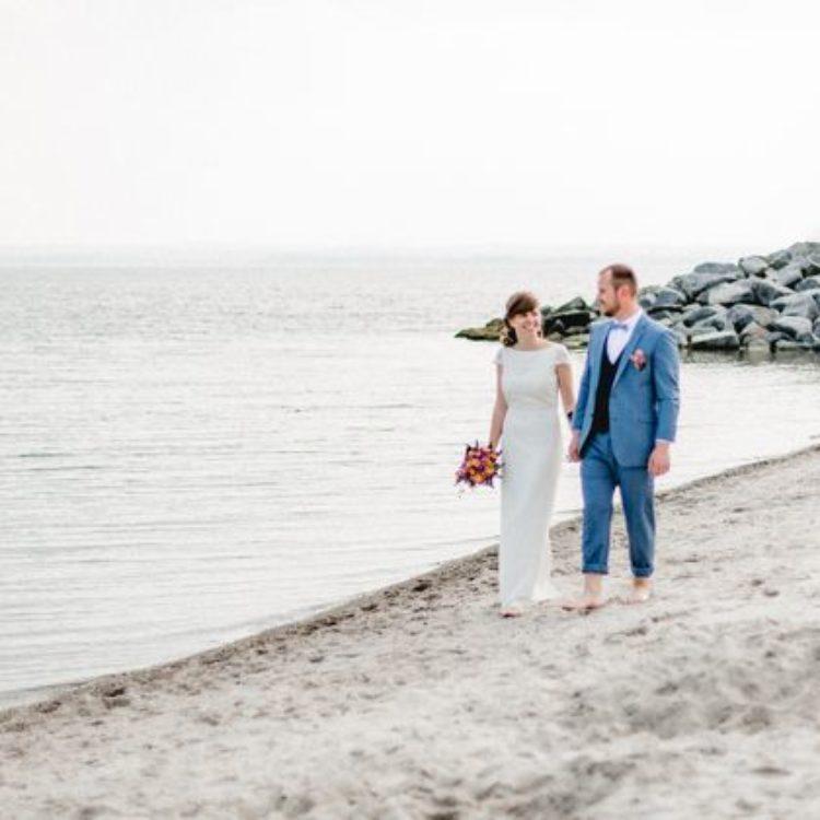 Strandhochzeit mit langem Brautkleid aus Spitze mit Rückenausschnitt