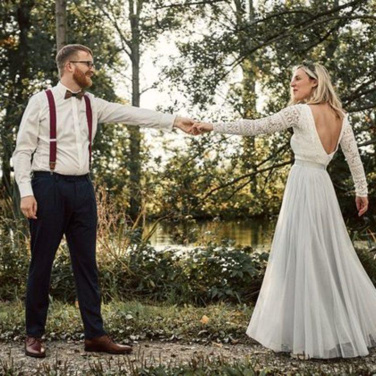 Rueckenfreies Brautkleid mit Spitze