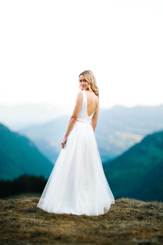 Schlichtes Brautkleid mit Spitzentop und Tüllrock