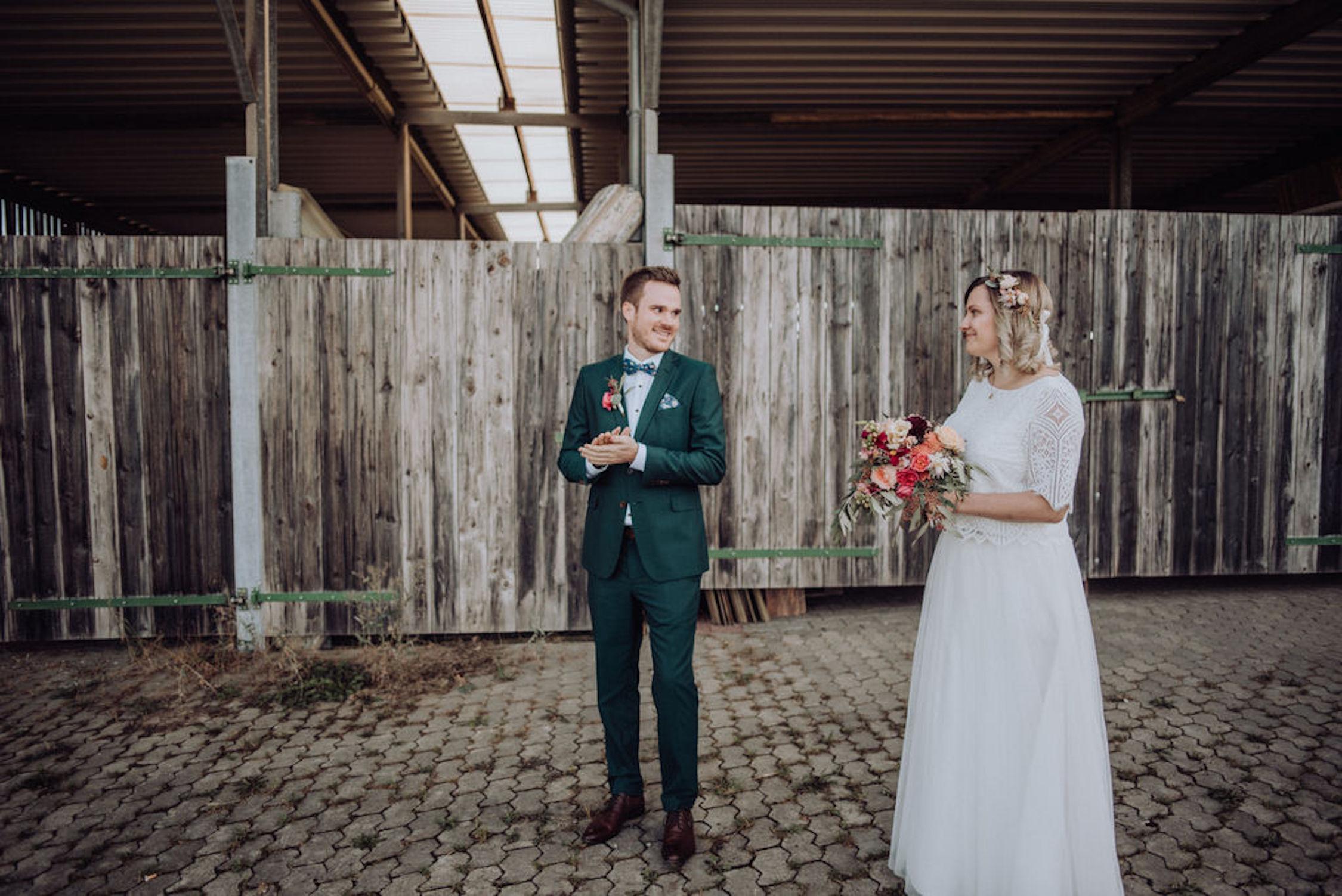 Schlichtes Boho Brautkleid mit Spitzentop und Tüllrock (Foto: Candida & Max Jan Photography)